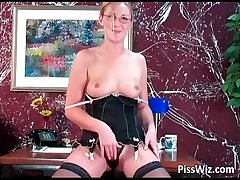 Mature slut plays with broad in the beam dildo deep