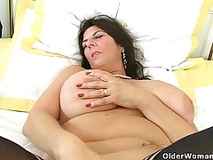 British milf Lulu together with will not hear of broad in the beam naturals