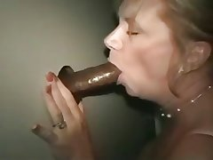 Grown up lady at hammer away gloryhole