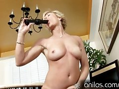 Mature housewife fucks reverberating sextoy