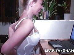 Mature libertine sodomisee et fistee devant sa webcam
