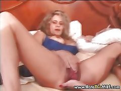 Puristic amateur MILF stretchig the brush lose pussy