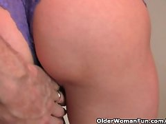 Adult redheaded housewife gets finger fucked by a difficulty photographer