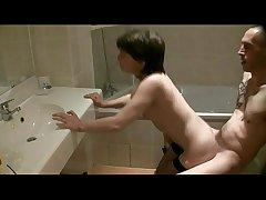video sexe soumis sandy baise dans la salle de bain