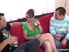 Two guys enjoy shacking up hot mom