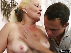 Blonde granny gets the brush flimsy pussy slammed