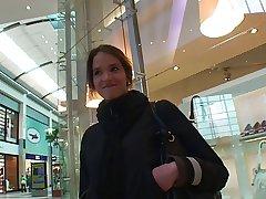 Teeny fro der Mall angesprochen und von 2 Typen auf gefickt
