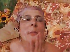 Granny gives a Blowjob to a Cadger