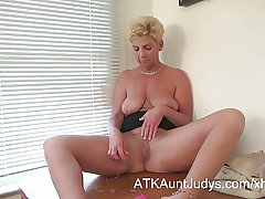 GILF Taylor Lynn likes to get herself gone
