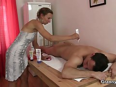 Granny masseuse gets her puristic hole nailed