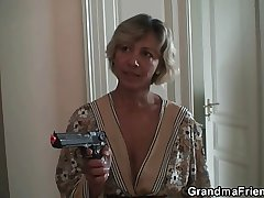 XXX mammy finds several robbers and makes them bang their way