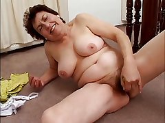 chubby mature masturbates hither banana