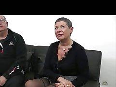 Le jeunot encule une mamie devant son mari