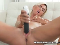 Short-haired milf Disencumber pleasures her mature pussy