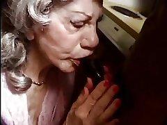 Une femme agee bais e par une chew black