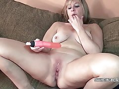 Curvy MILF Liisa is making out the brush twat