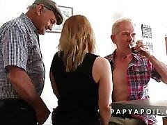 Papy se the outback une bonne mature avec un vieux pote