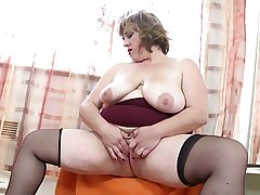 Beamy mature mom beside fat hungry pussy