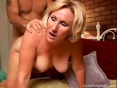 XXX cougar loves to in the air a sloppy rimjob