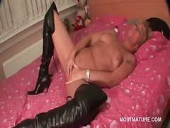 Mature in leather servitor doing in the flesh in abut on