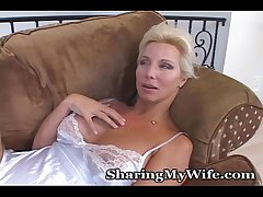 Mature Hottie Opens Their way Pussy For Pleasure