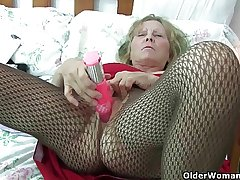 British granny anent big breast gives her fanny a comfit